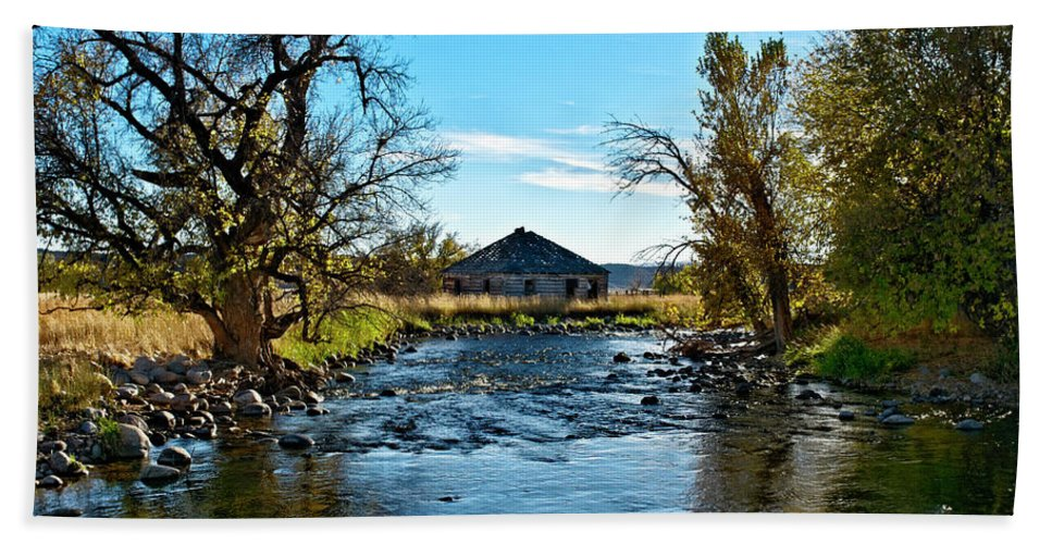 Agency Beach Towel featuring the photograph Old Homestead Along Hwy 16 by Roderick Bley