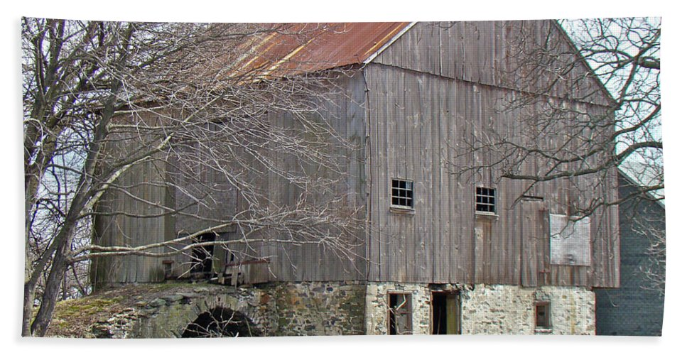 Barn Beach Towel featuring the photograph Old Pennsylvania Bank Barn by Mother Nature