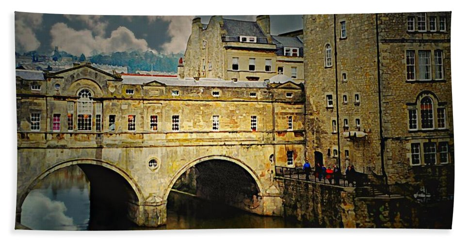 Pulteney Bridge Beach Towel featuring the photograph Pulteney Bridge by Diana Angstadt