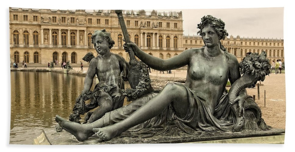 Versailles Beach Towel featuring the photograph Sculptures In The Garden - 1 by Hany J