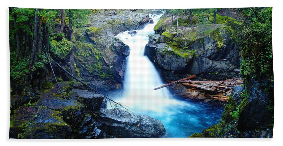 Waterfalls Beach Towel featuring the photograph Silver Falls by Jeff Swan