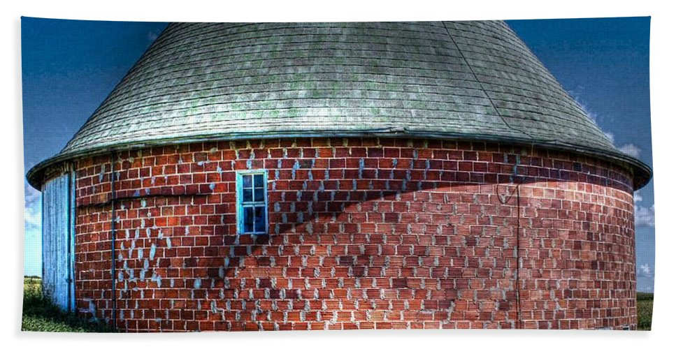 Vernon County Beach Towel featuring the photograph Vernon County Barn by Tommy Anderson