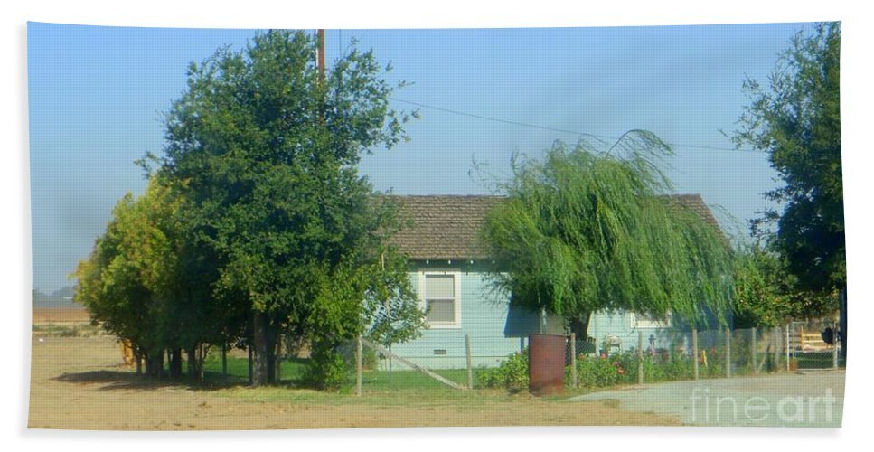 Walnut Grove Beach Towel featuring the photograph Walnut Grove - Typical Rural Farm House by Mary Deal