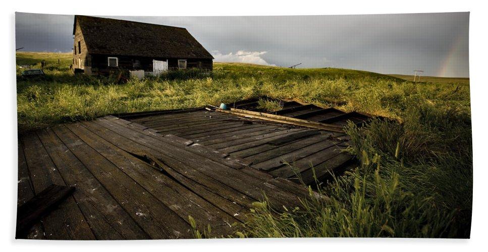 House Beach Towel featuring the photograph Abandoned Farm House by Mark Duffy