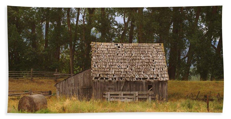 Barns Beach Towel featuring the photograph An Idaho Barn by Jeff Swan