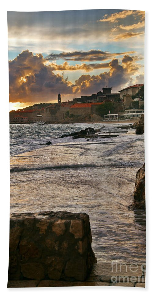 Seascape Beach Towel featuring the photograph At The Edge Of The World by Madeline Ellis