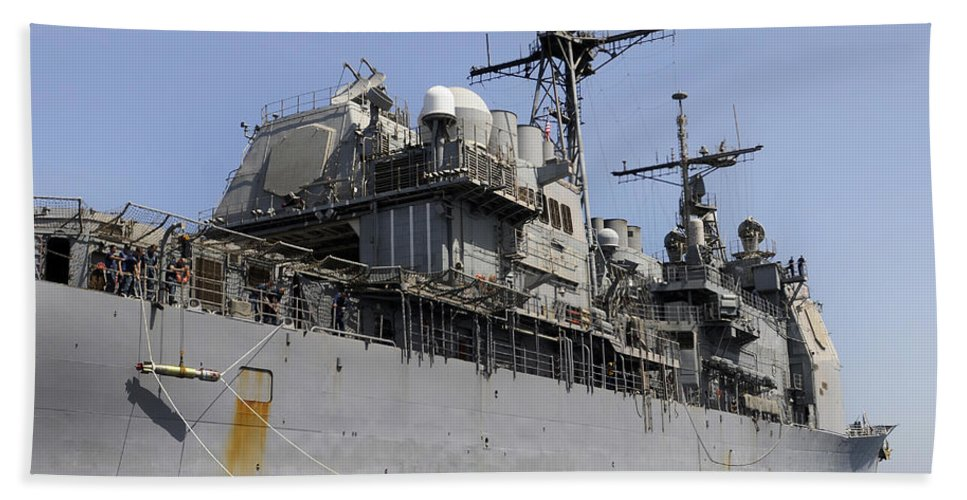 Horizontal Beach Towel featuring the photograph Guided Missile Cruiser Uss Bunker Hill by Stocktrek Images
