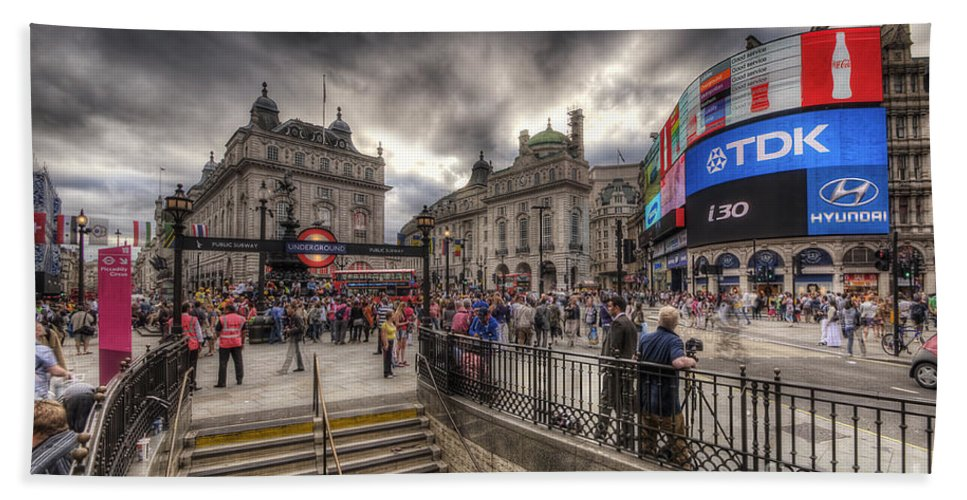 Yhun Suarez Beach Towel featuring the photograph Piccadilly Circus - London by Yhun Suarez