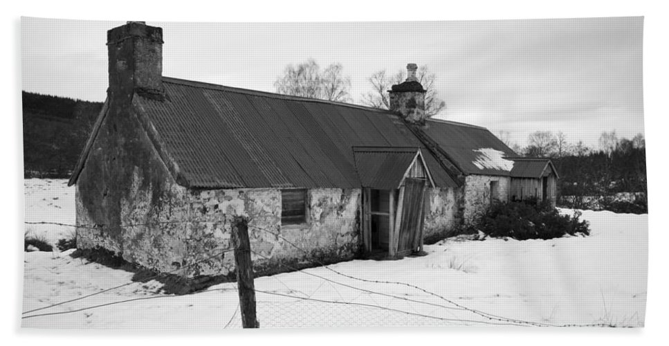 Cottage Beach Towel featuring the photograph Ruined Cottage In Snow by Howard Kennedy