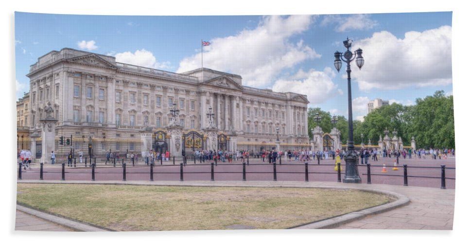 Buckingham Beach Towel featuring the photograph Buckingham Palace by Chris Day