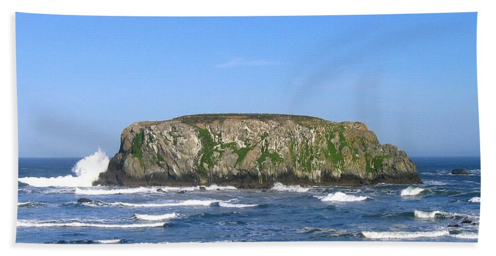 Table Rock Beach Towel featuring the photograph Bandon 12 by Will Borden