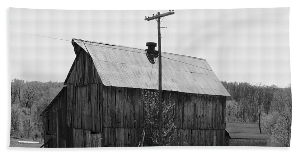 Barns Beach Towel featuring the photograph Barn On The Side Of The Road by Angus Hooper Iii