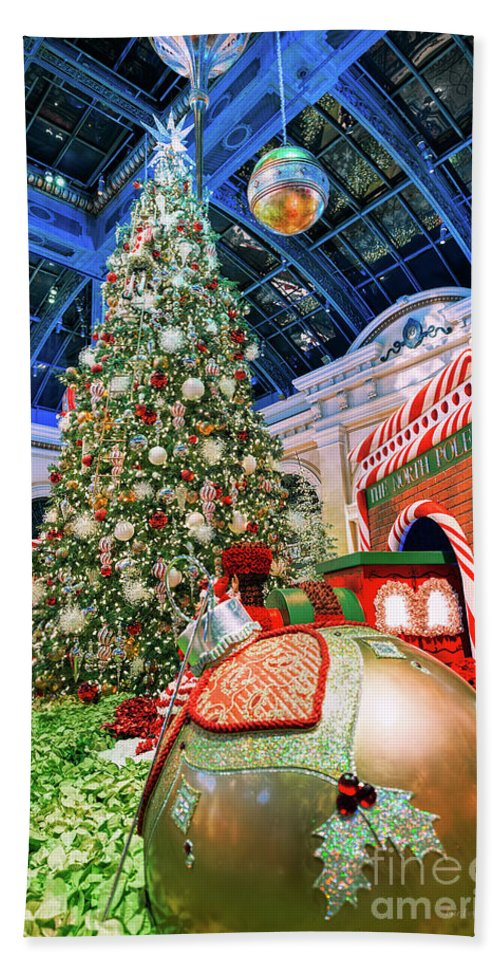 Bellagio Christmas Tree And Giant Ornaments Beach Towel