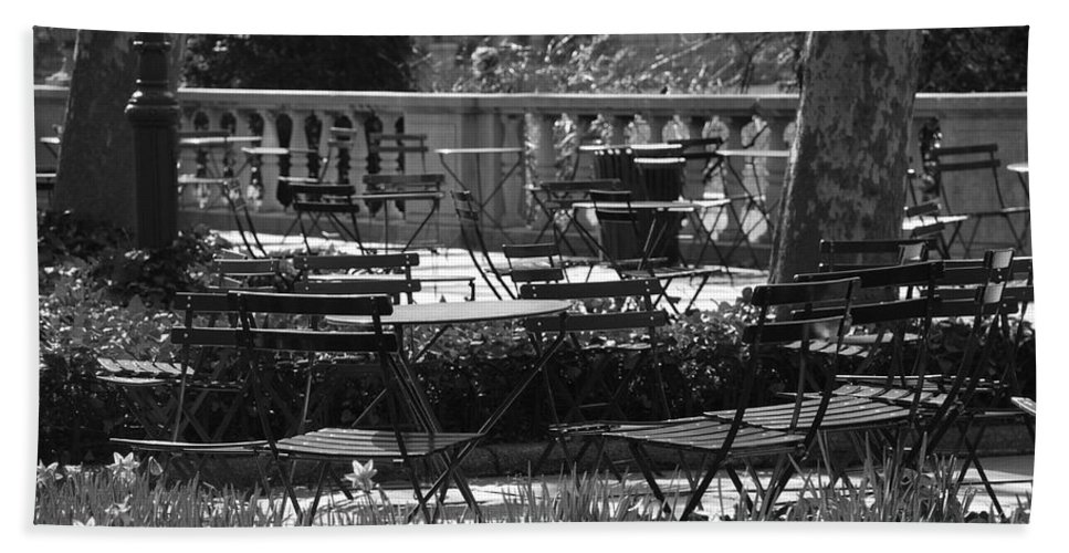 Black And White Beach Towel featuring the photograph Bryant Park In Black And White by Rob Hans