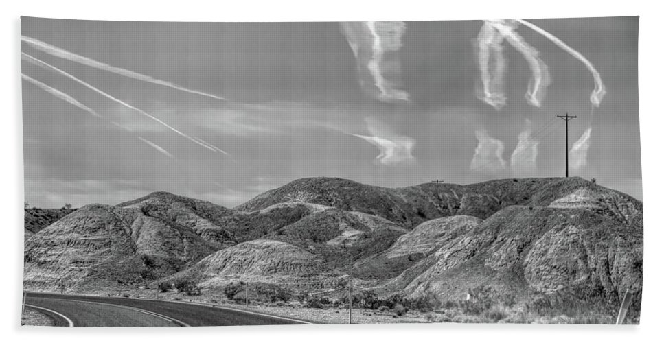 Valley Of Fire Beach Sheet featuring the photograph Chem Trails Over Valley Of Fire Black White by Chuck Kuhn
