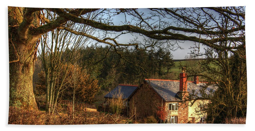 Farm Beach Towel featuring the photograph Farmhouse In The Valley by Rob Hawkins