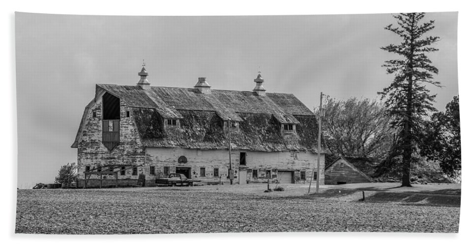 Barn Beach Towel featuring the photograph Grand Old Barn by Peter Bouman