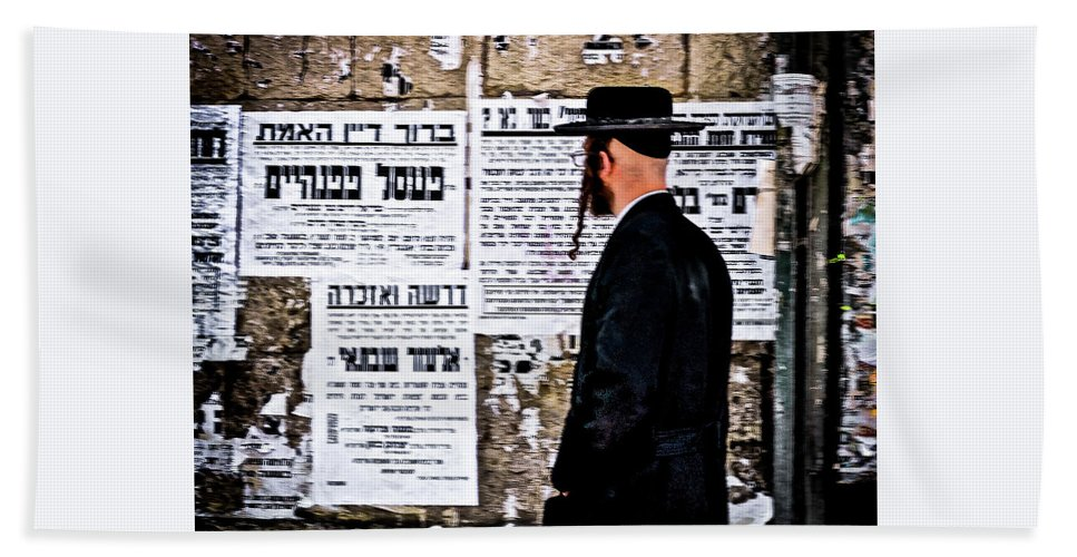 Israel Beach Towel featuring the photograph Hasadic Jew Reading Pashkevilin by Bob Lynn