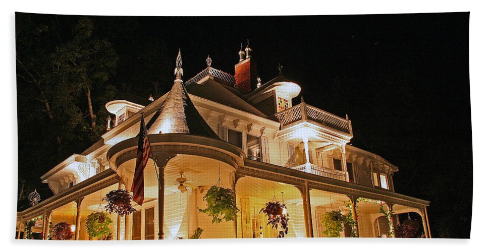 Victorian Beach Towel featuring the photograph Higdon House Inn Ga by David Campbell