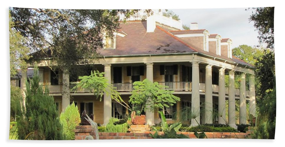 Plantation Homes Beach Towel featuring the photograph Houma Plantation by Michelle Powell