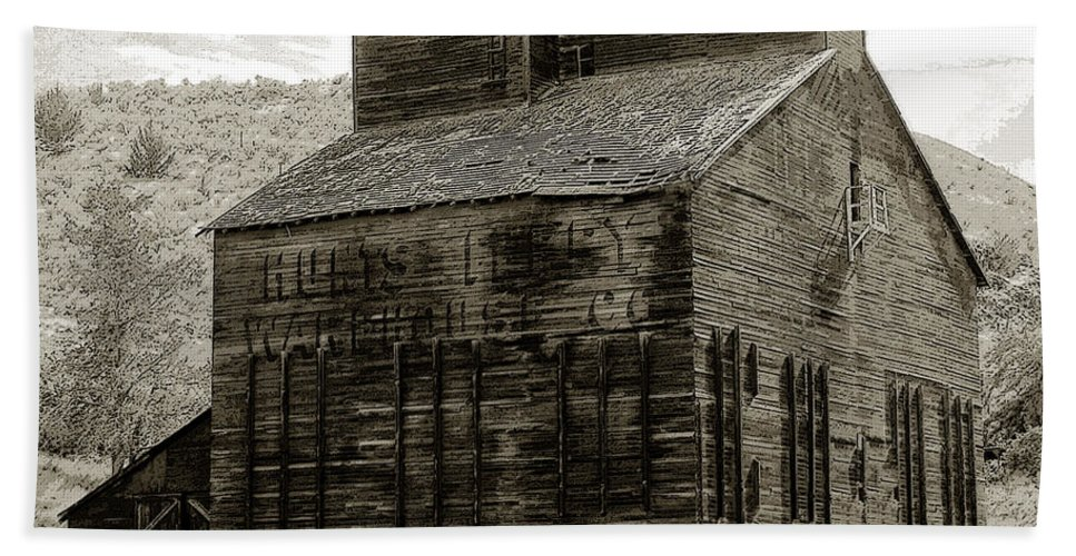 Art Beach Towel featuring the painting Hunts Ferry Barn by David Lee Thompson
