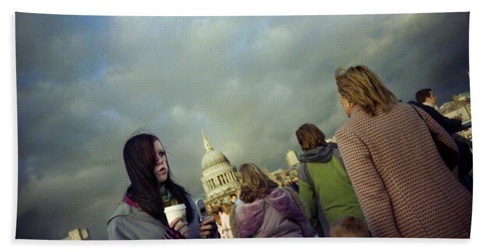 London Beach Towel featuring the photograph Millenium Bridge by Rafa Rivas