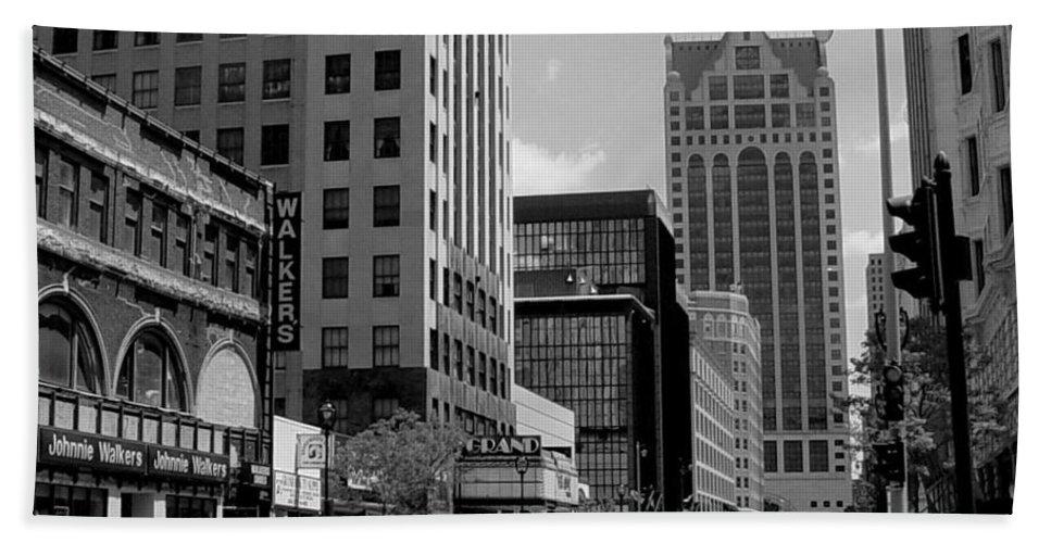 Milwaukee Beach Sheet featuring the photograph Milwaukee Street Scene B-w by Anita Burgermeister