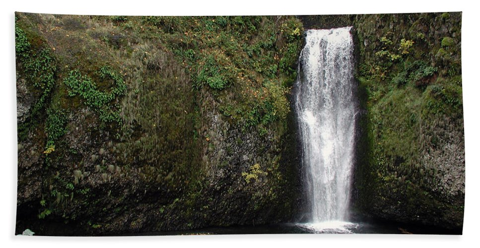 Multnomah Falls Beach Towel featuring the photograph Multnomah Falls 2 by D'Arcy Evans