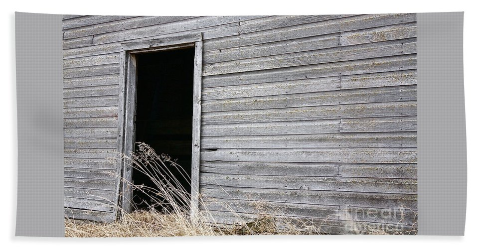 Old Barn Beach Towel featuring the photograph Old Barn 2 by Linda Bianic