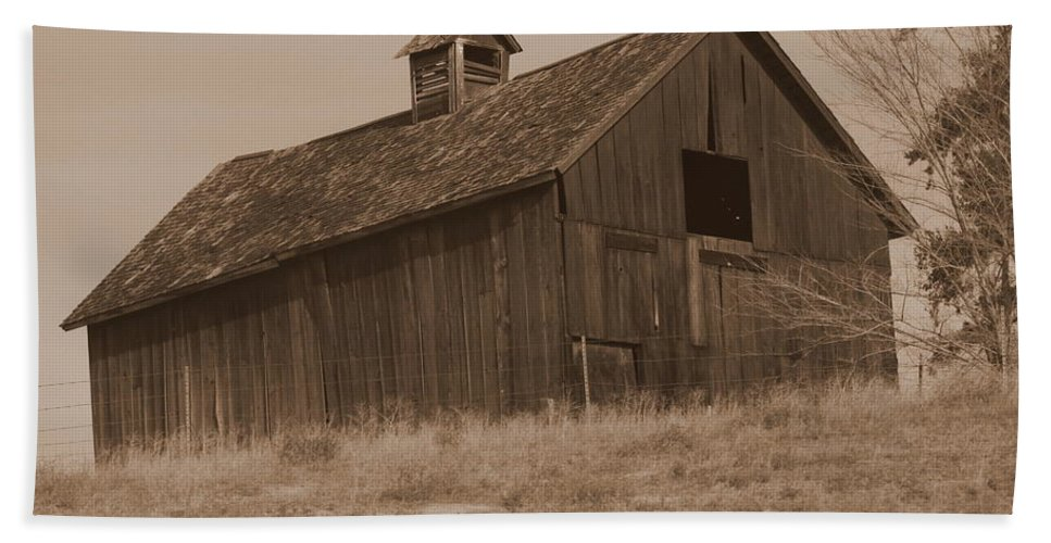 Old Barn Beach Towel featuring the photograph Old Barn In Washington by Carol Groenen