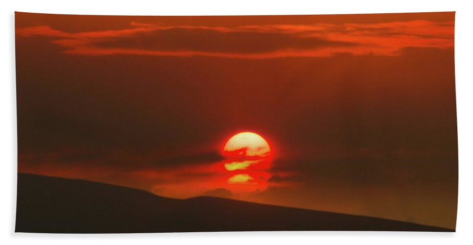Sunset Beach Towel featuring the photograph Setting Sun Over The Wenas Valley by Jeff Swan