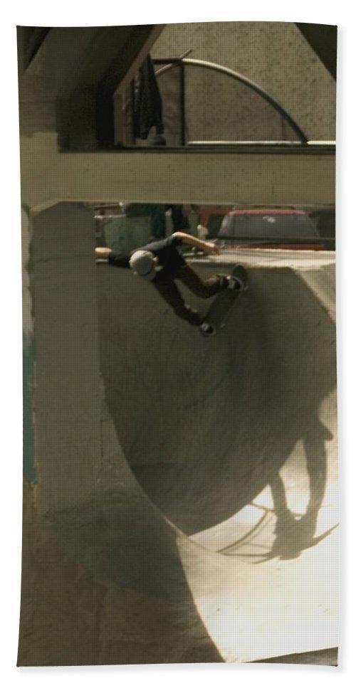 Skate Beach Towel featuring the photograph Skate by Sara Stevenson