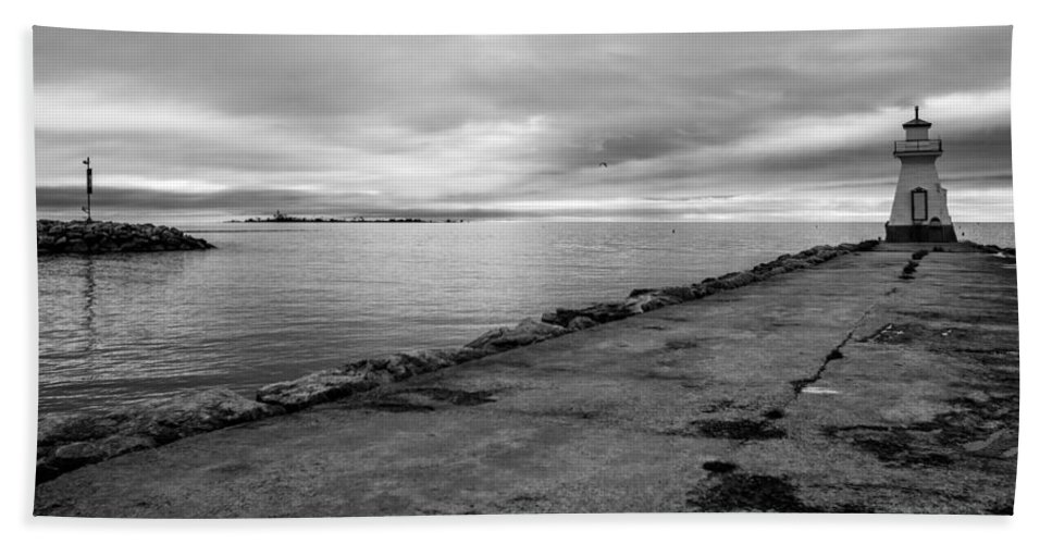 Landscape Beach Towel featuring the photograph Southampton Lighthouse by Richard Kitchen