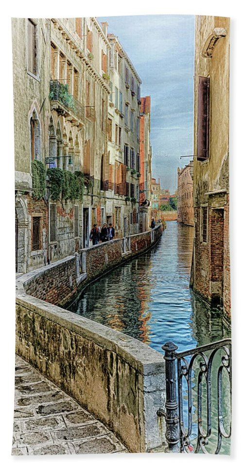 Canal Beach Towel featuring the photograph Stroll The Canal by William Kauffman