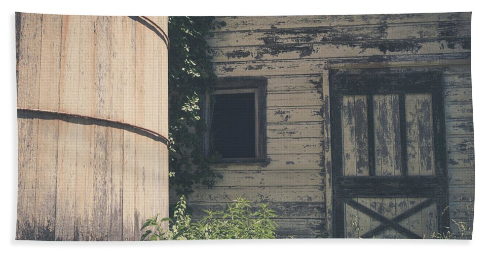 Barn Rustic Building Photography Landscape Old Beach Towel featuring the photograph The Barn by Robert Worth