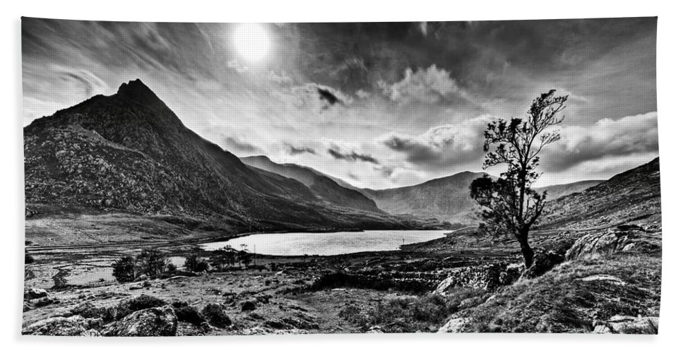 Mono Beach Towel featuring the photograph Tryfan And Llyn Ogwen by Beverly Cash
