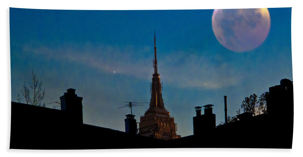 New York Beach Towel featuring the photograph Twilight Time In The City by Chris Lord