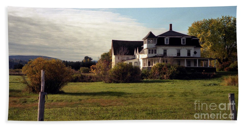 Vermont Beach Towel featuring the photograph Vermont Farmhouse by Richard Rizzo