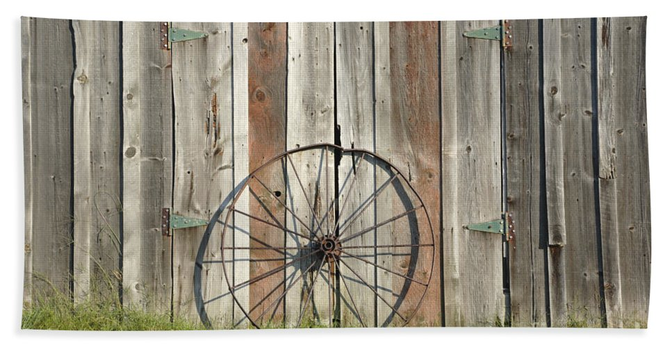 Wagon Beach Towel featuring the photograph Wagon wheel - Londonderry New Hampshire by Erin Paul Donovan