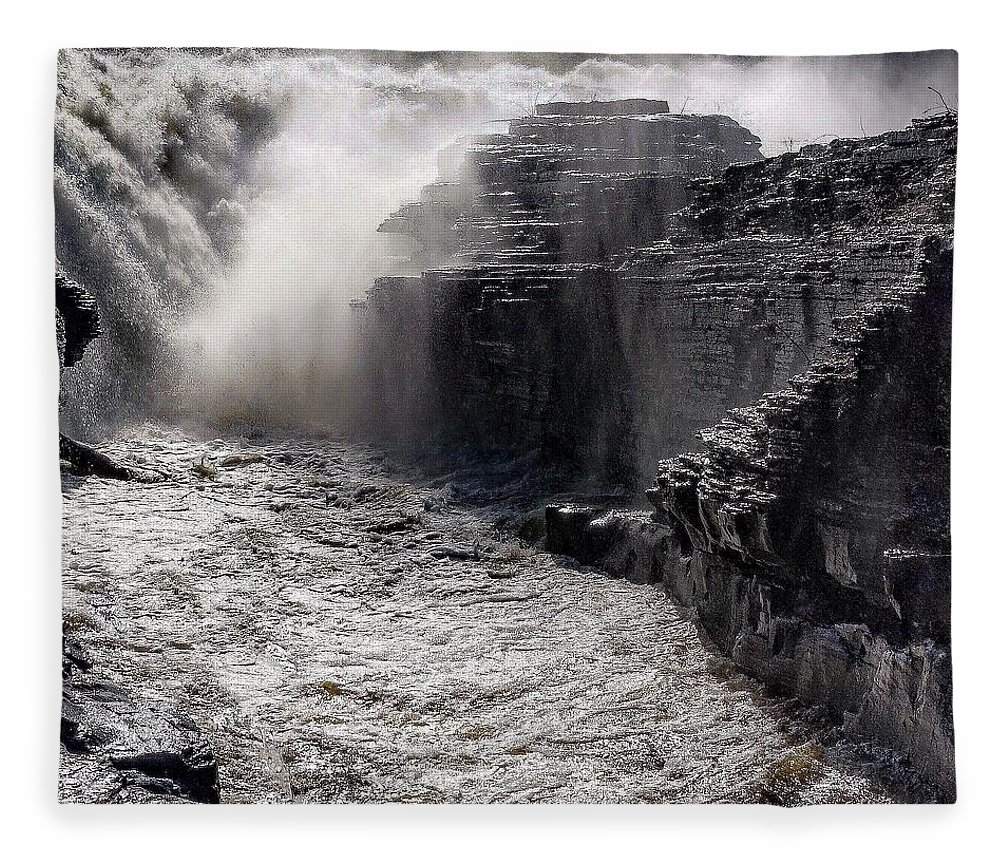 Fleece Blanket featuring the photograph Rush by Kendall McKernon