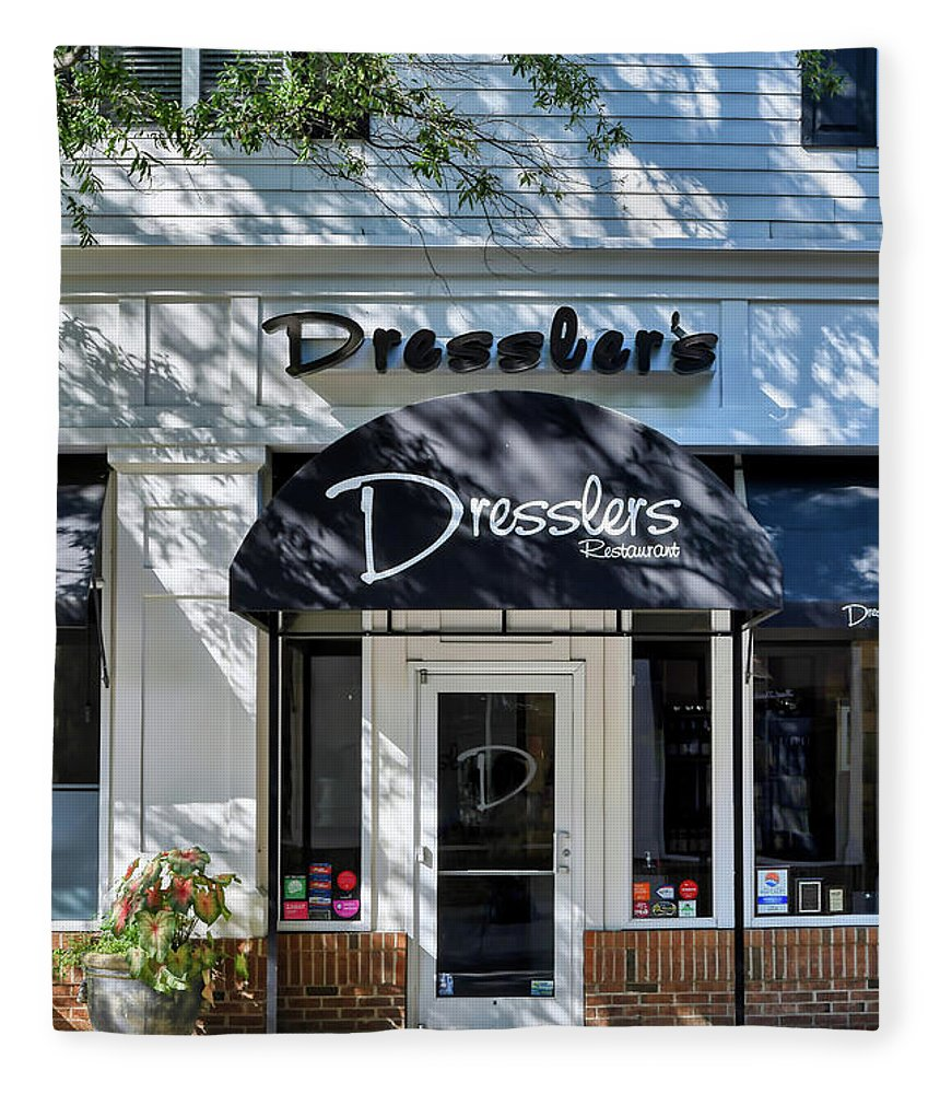 Birkdale Fleece Blanket featuring the photograph Dresslers Restaurant At Birkdale Village by Amy Dundon
