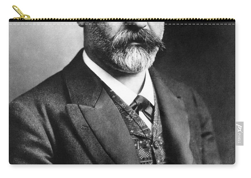 1907 Carry-all Pouch featuring the photograph Sigmund Freud (1856-1939) by Granger