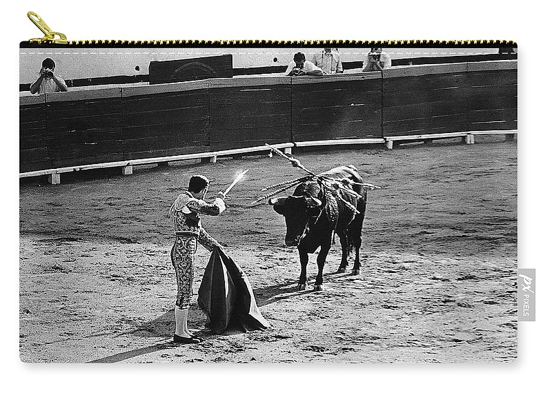Bullfighter And The Lady Homage 1951 Bullfight Matador Glint Sword Nogales Sonora Mexico Robert Stack Budd Boetticher John Ford John Wayne Randolph Scott Burt Kennedy Rodolfo Acosta The High Chaparral Us/mexico Border Town Black And White Photographers Carry-all Pouch featuring the photograph Bullfighter And The Lady Homage 1951 Bullfight Nogales Sonora Mexico by David Lee Guss
