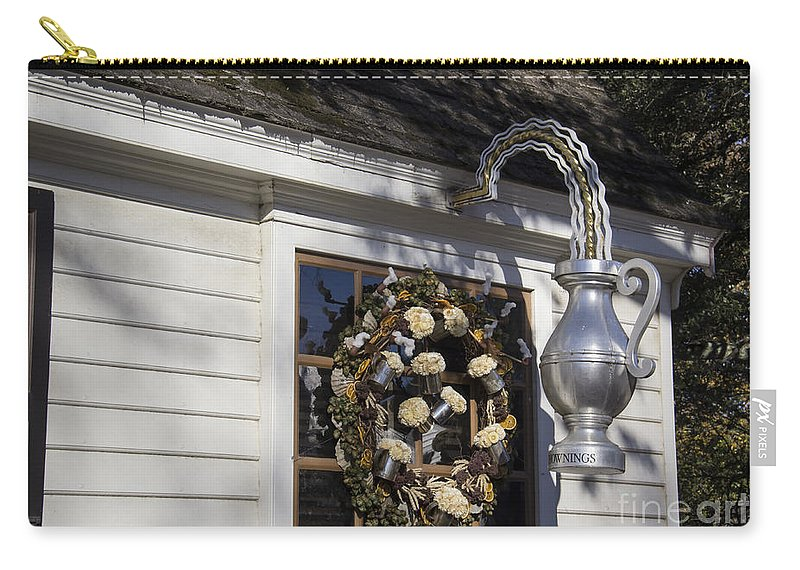 Colonial Williamsburg Carry-all Pouch featuring the photograph Chownings Tavern Wreath by Teresa Mucha