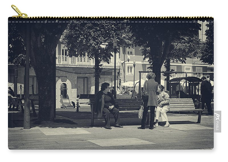 Stroll Carry-all Pouch featuring the photograph Getting The Latest News by Lucinda Walter