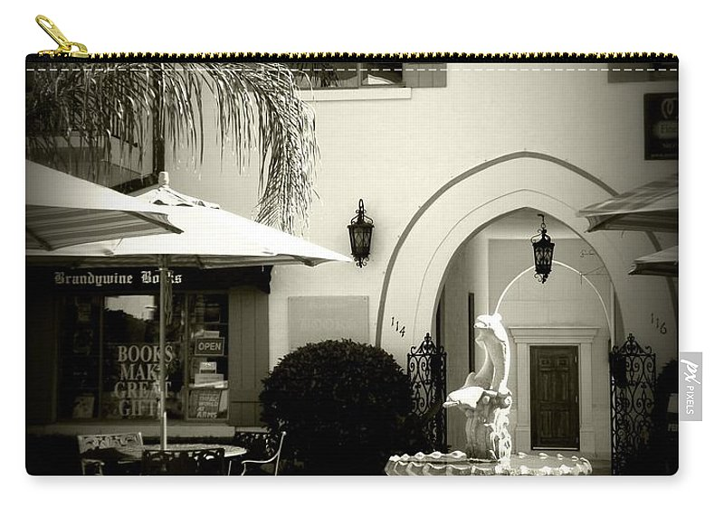 Winter Park Carry-all Pouch featuring the photograph Greeneda Court by Valerie Reeves