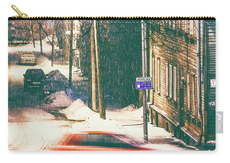 Curve Carry-all Pouch featuring the photograph Heavy Snowfall In Town by Peeterv