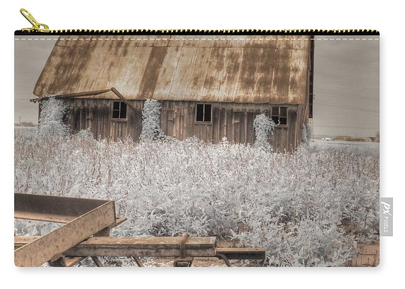 Barn Carry-all Pouch featuring the photograph Missouri Barn by Jane Linders