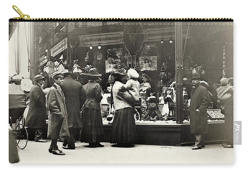 1911 Carry-all Pouch featuring the photograph New York Shopping, 1911 by Granger