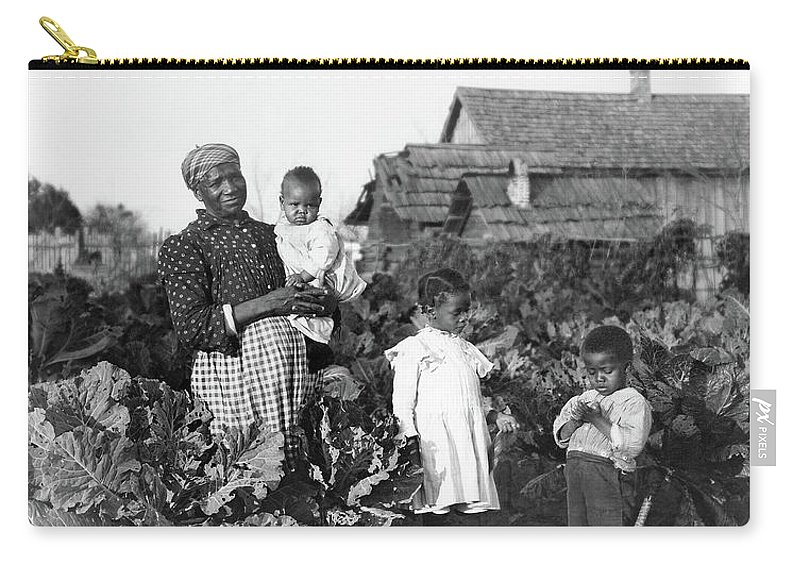 1902 Carry-all Pouch featuring the photograph Sharecropper Family, 1902 by Granger
